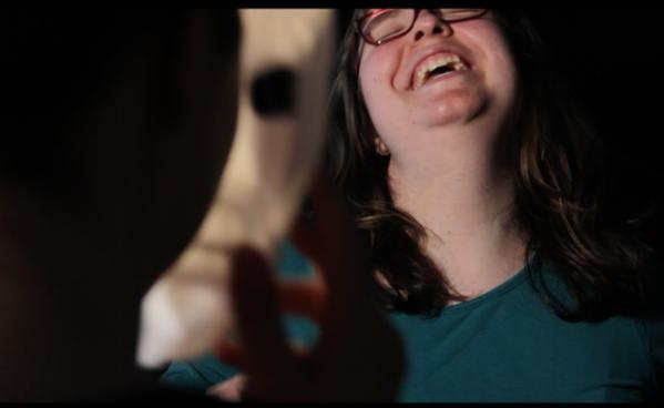 Franziska lacht sich bei den Dreharbeiten schief.