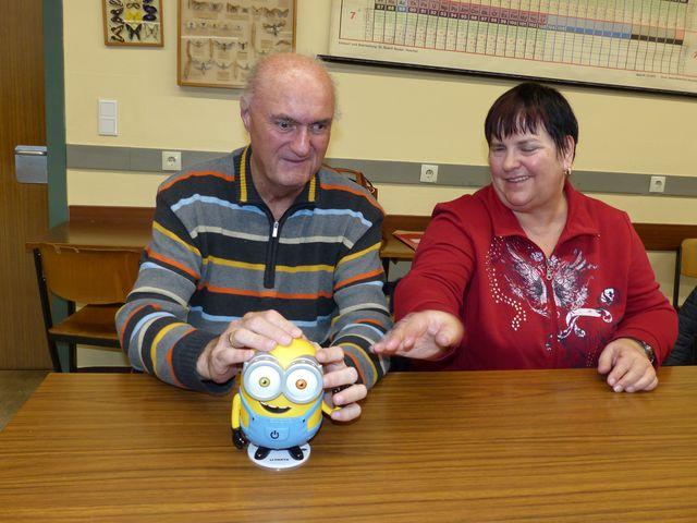 Peter und Anette Weiß sind sehbehindert. Sie befühlen einen Minion, um sich auf den Aktionstag im Kino vorzubereiten.