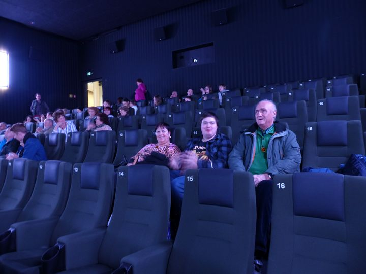 Anette und Peter Weiß mit ihrem Sohn Sebastian im Kino. Mithilfe der App Greta hatten sie viel Spaß.