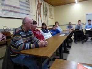 Sechs Kolleginnen und Kollegen aus dem Team Infowerk des Wundernetz haben das Ersamus-Gymnasium besucht, um dort über die Ergebnisse des P-Seminars und persönliche Erfahrungen zu sprechen.