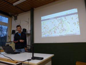 Biologielehrer Matthias Auernhammer hat das P-Seminar betreut und zeigt, welche Ort bei wheelmap.org eingetragen wurden.