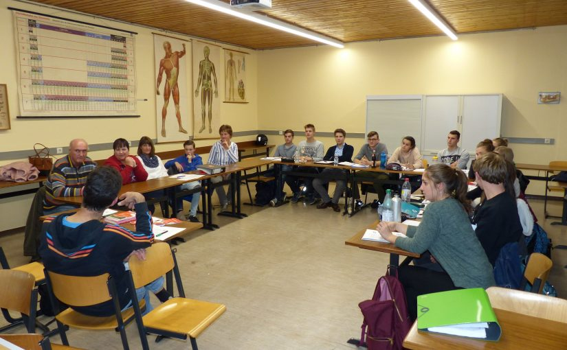 Ein Blick in den Biologieraum des Erasmus-Gymnasiums: Wundernetzler und Schülerinnen und Schüler des Erasmus-Gymnasium diskutieren über Barrierefreiheit in Amberg.