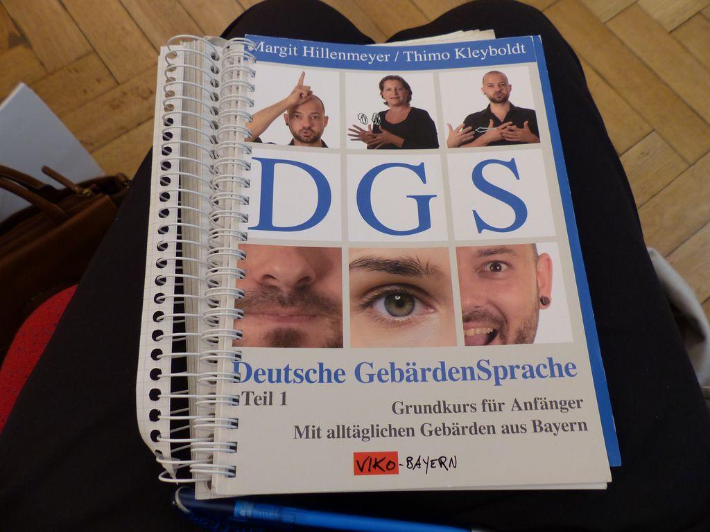 """Die Kursteilnehmer arbeiten mit dem Lehrbuch """"DGS-Deutsche Gebärdensprache""""."""