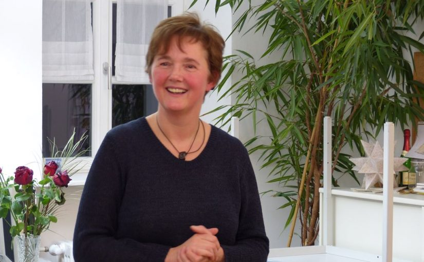 Hermine Meier begrüßt die Teilnehmer des Gebärdenkurses