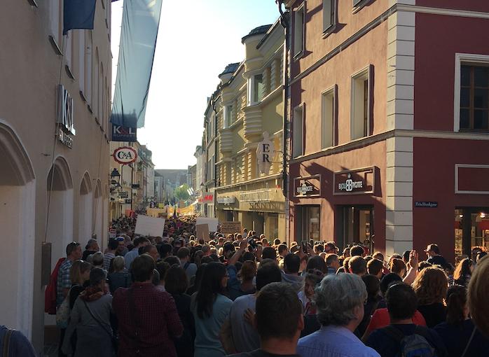 In der Amberger Fußgängerzone warten die Demonstrierenden geduldig darauf, bis dsich der Demonstrationszug in Richtung ACC fortbewegt.