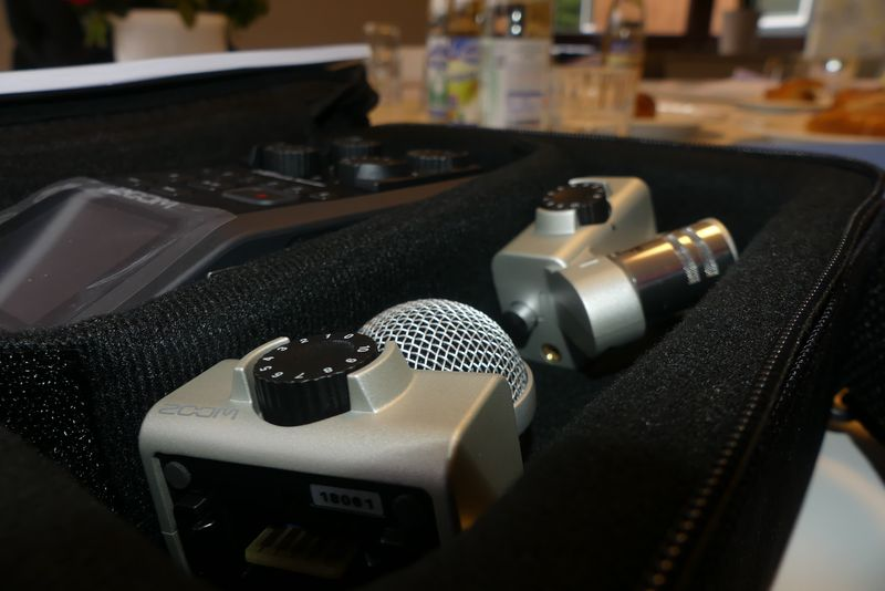 Ein silberfarbenes Mikrofongerät in einem schwarzen Koffer.