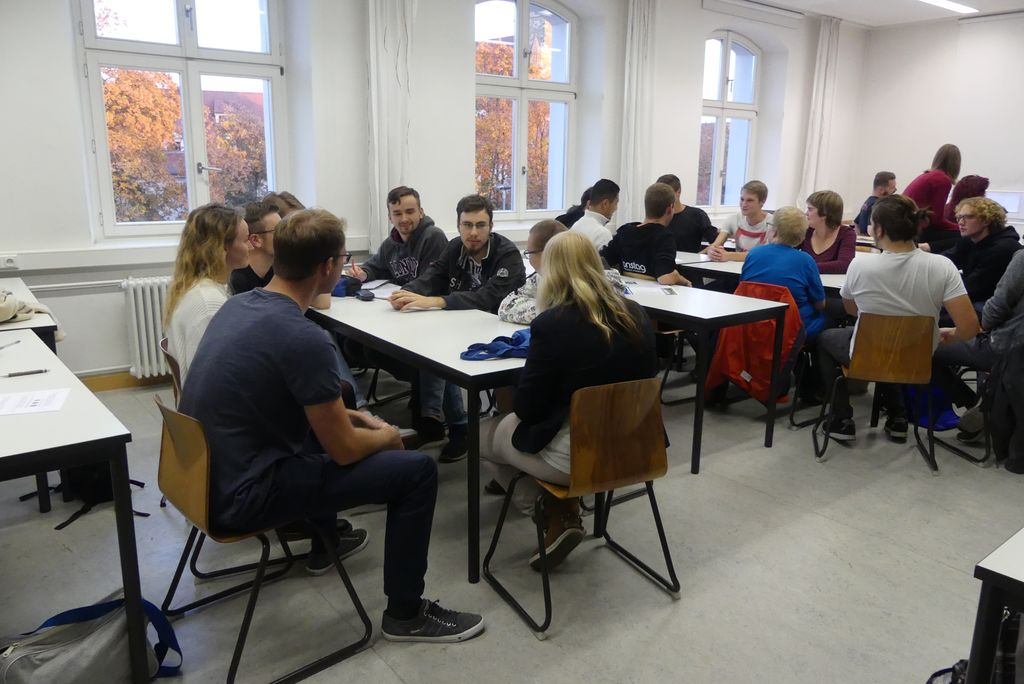 In der AG YouTube bilden sich kleine Gruppen aus Studierenden und Menschen mit Behinderung. Sie überlegen gemeinsam Themen für ihren Film.