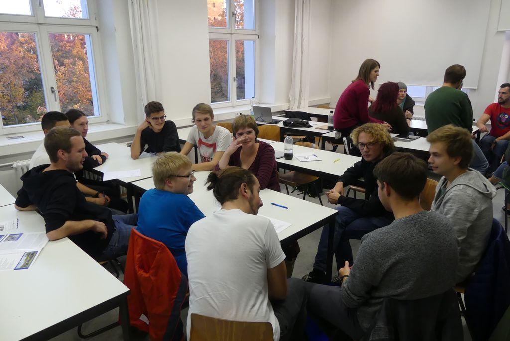 Beim ersten Treffen kernen sich alle Leute erst einmal kennen und sitzen in kleinen Gruppen zusammen.