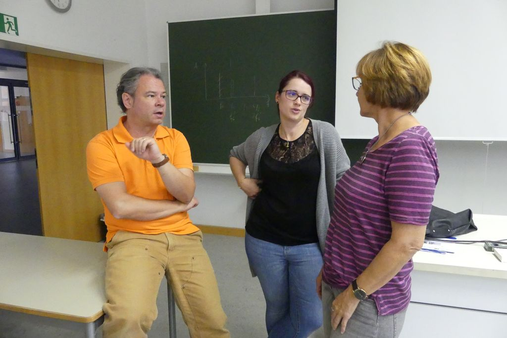 Von links: Prof. Karlheinz Müller leitett das Seminar, Julia und Hildegard Legat unterstützen die AGs bei ihrer Arbeit.