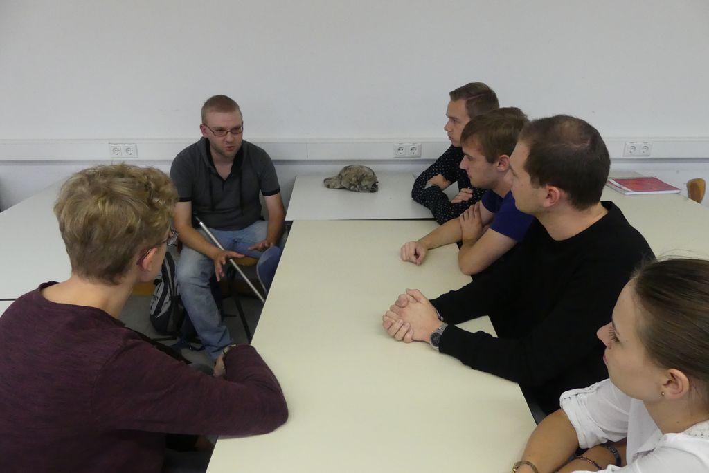 Andreas spricht mit einer Gruppe Studenten über seinen Hund Janosch.