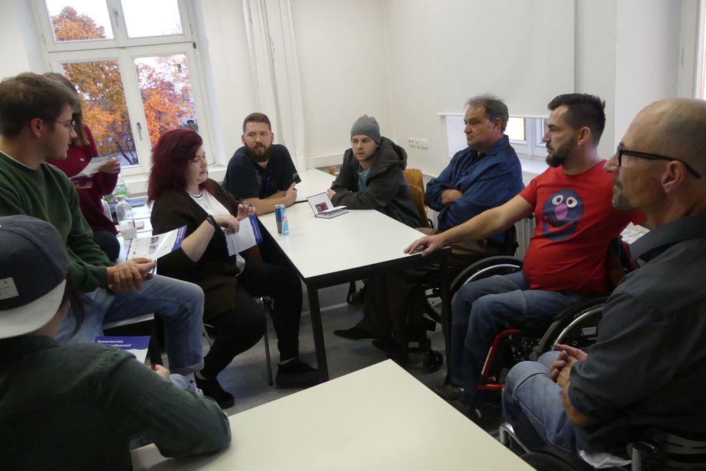 Bei unserem ersten Treffen haben sich alle Kollegen erst einmal beschnuppert und kennengelernt. Hier unsere drei Rollifahrer im Gespräch.