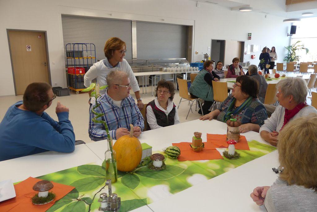 Vor dem Beginn der Veranstaltung plaudert Hildegard, unsere Projektleiterin, mit einigen Gästen.