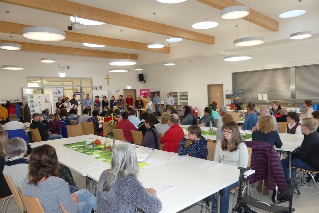 Blick in den gut gefüllten Raum, in dem unser Kennelernfest stattfand. Alle Tische sind belegt.