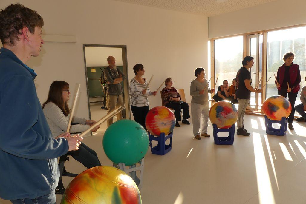 Schnupperkurs im Pezziball-Trommeln: Alle stehen vor Pezzibällen und halten Trommelstöcke in den Händen.