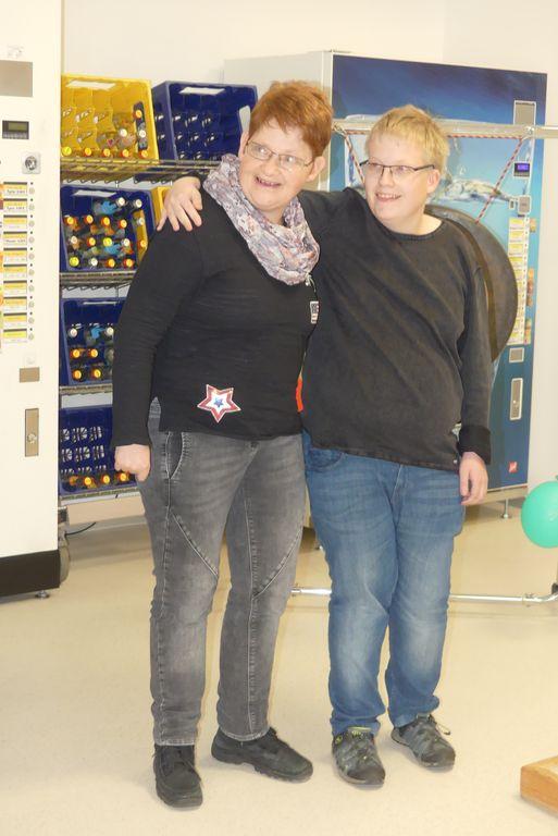 Unsere Kollegen Simone und Julian haben viel Spaß beim Ausprobieren der Schnupperkurse.