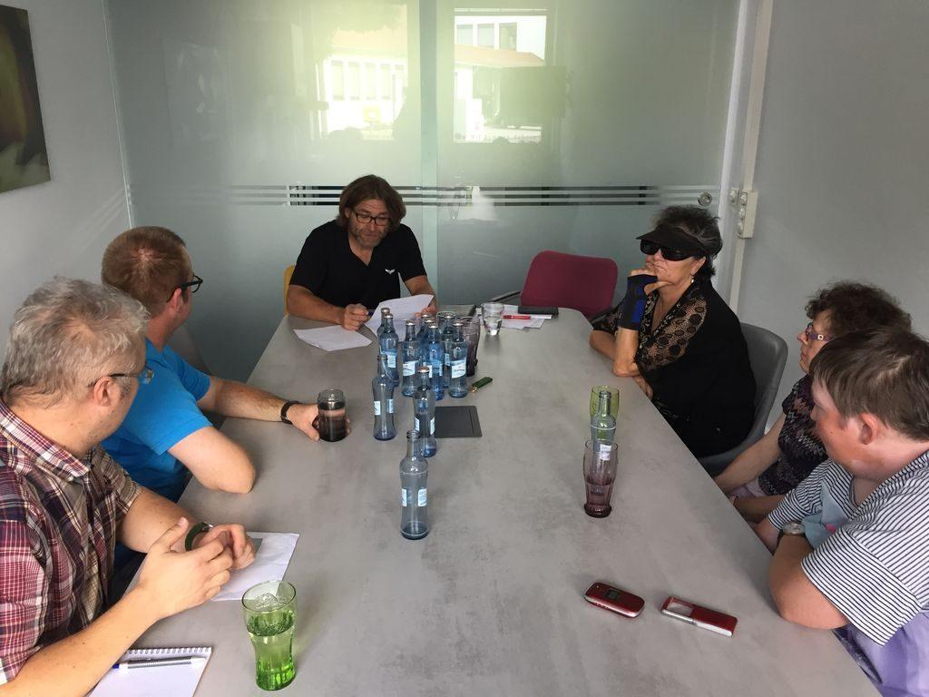 Die Arbeitsgruppe OTV überlegt sich Themen für die neue Sendung.