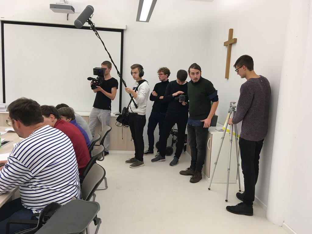 """Das Kamerateam der Gruppe """"Leichte Sprache"""" in Aktion."""