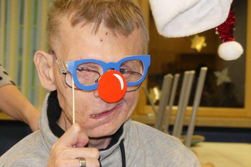 Werner mit blauer Brille und roter Rentiernase.