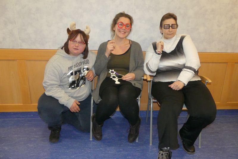 Simone schmückt sich mit Rentiergeweih, Janett trägt eine rote Brille und Monika hat sich für eine schwarze Brille entschieden.