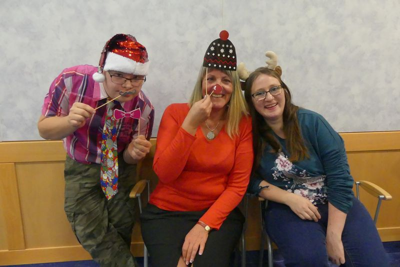 Torsten, Geli und Anita albern mit Weihnachtsdeko herum.