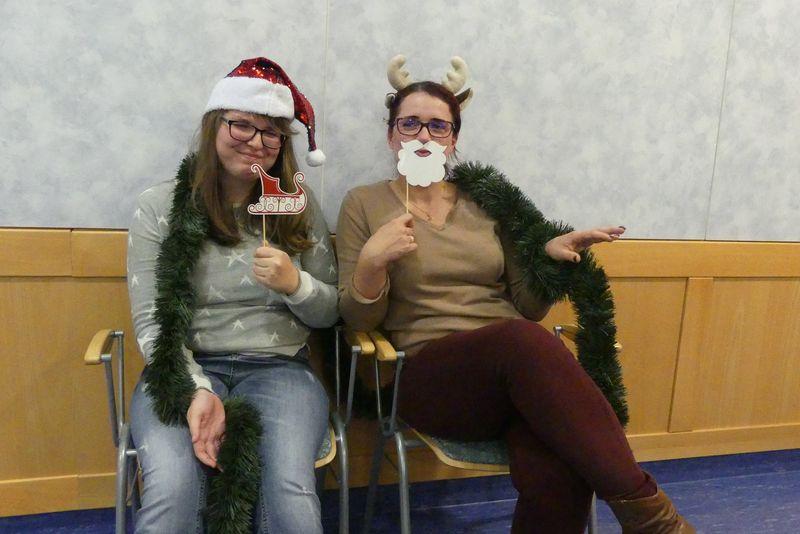 Franzi und Julia in gechillter Weihnachtspose.