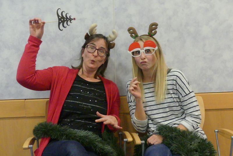 Monika und Lisa in Weihnachtsverkleidung machen Quatsch.