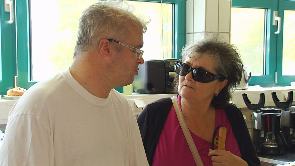 Anneliese besucht Daniel an seinem Arbeitsplatz in der Jura-Werkstätte.