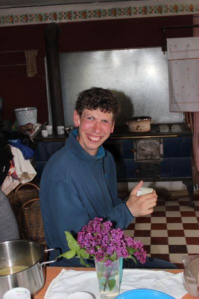 Philipp schüttelt Milch in einem Schraubglas, bis sie zu Sahne wird.