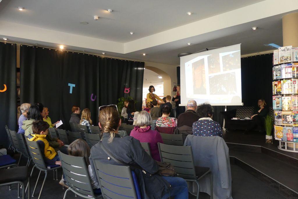 Das Publikum in der Stadtbibliothek Amberg hört gespannt zu, als Imkerin Kathrin Altmann über Bienen erzählt.