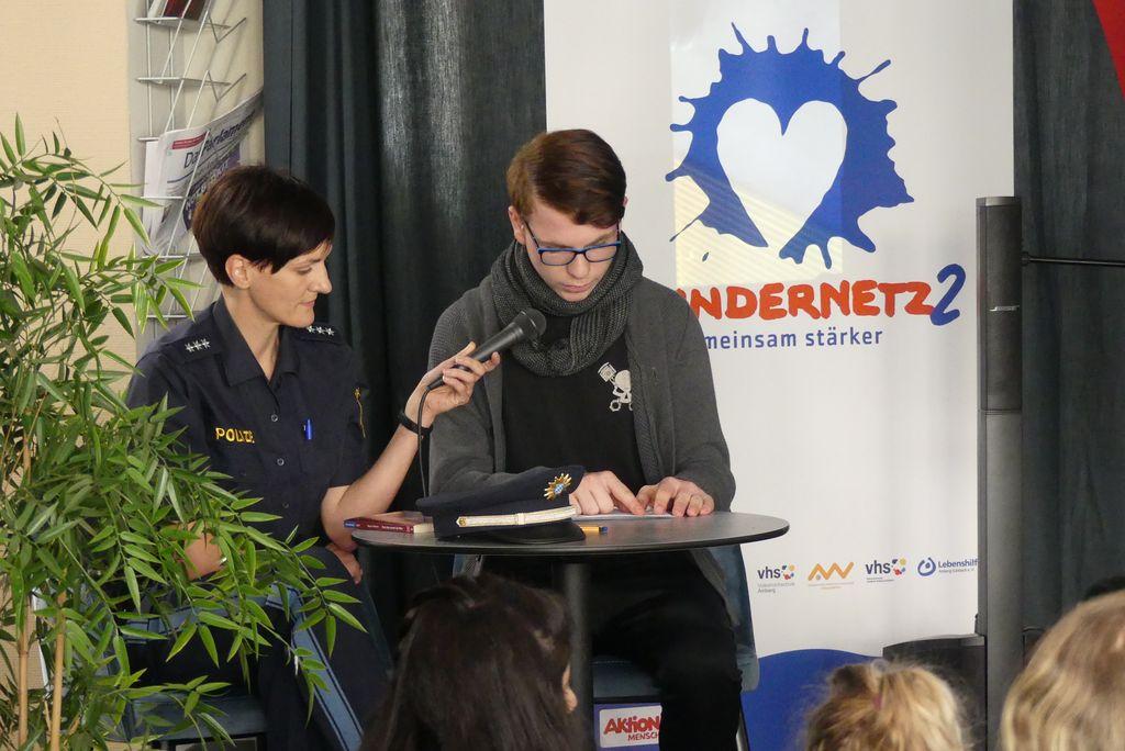 Schüler Sascha Seider hat gemeinsam mit der Polizeihauptkommissarin Michaela Siegert aus einem Jugendkrimi vorgelesen.