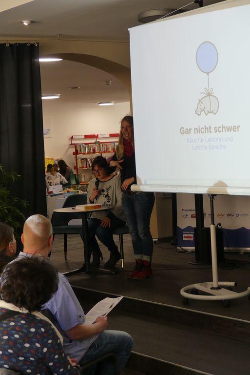 Monika Ehrenreich erzählte von ihrer Arbeit als Übersetzerin für die Leichte Sprache. Gebärdensprachdolmetscherin Susanne Kaßler übersetzt das Gesprochene in Gebärden für unsere gehörlosen Zuhörer.