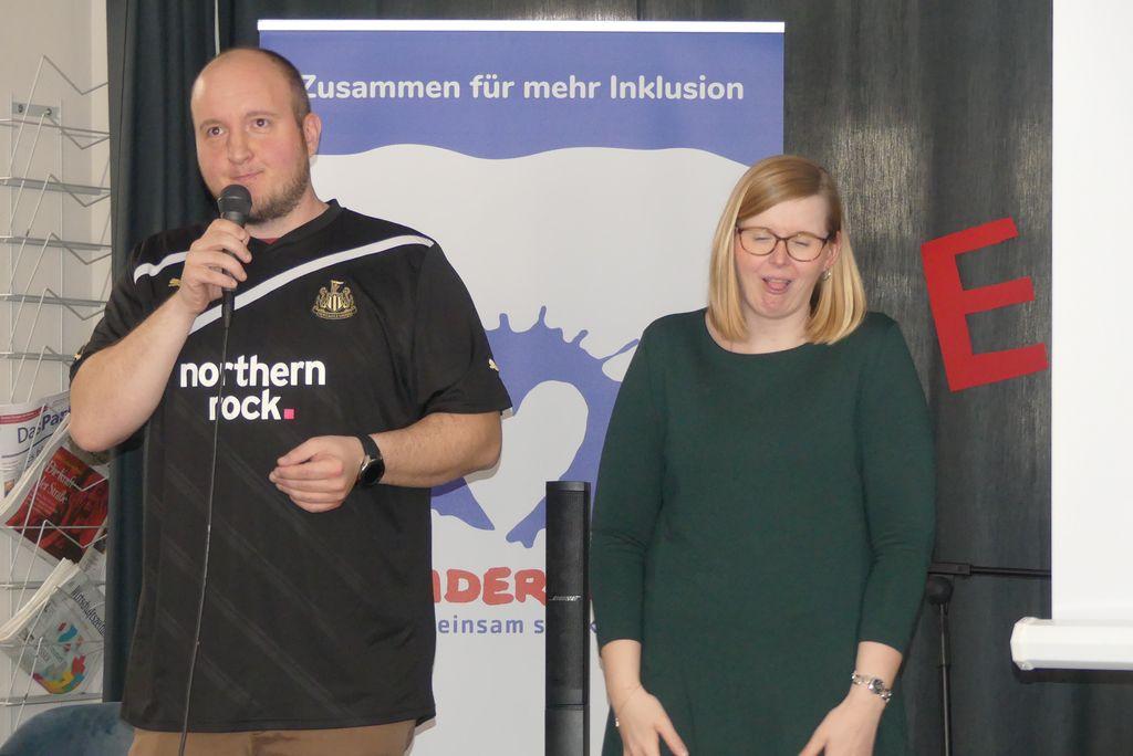 """Um das harte Los eines Fußballfans ging es in dem Buch """"Fußballfieber"""", aus dem Bernd Gerlang erzählte. Auch er wurde von Gebärdensprachdolmetscherin Kathleen Entrich begleitet."""