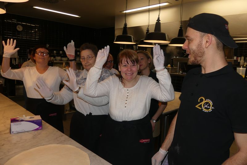 Hoch die Hände: Vor dem Zubereiten der Pizza ziehen wir alle Handschuhe an.