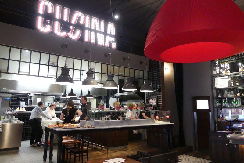 In der L'Osteria können die Gäste in die offene Küche sehen. Heute ist dort unser Wundernetzteam fleißig am Werk.