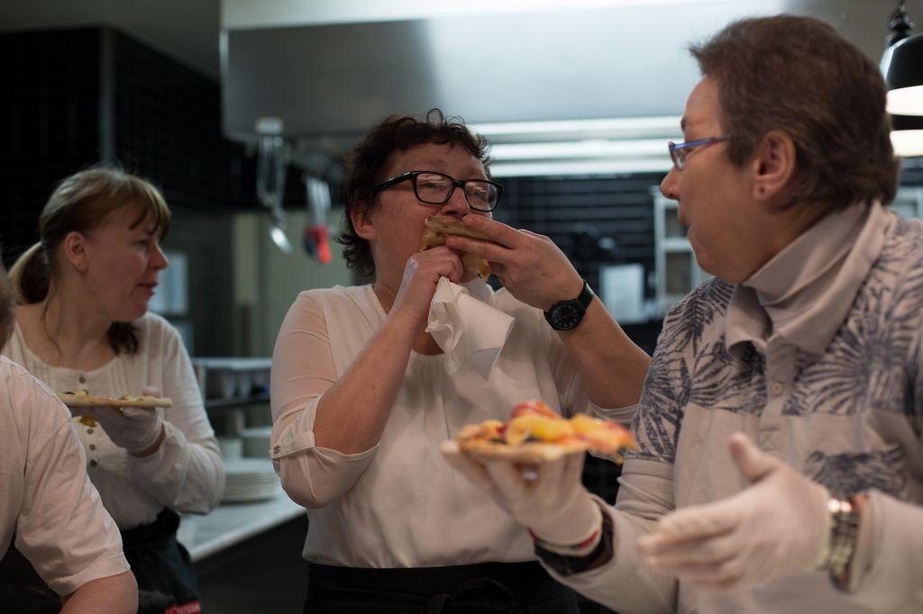 Anja Wittur und Monika Birk verkosten ihre selbstgemachte Pizza.