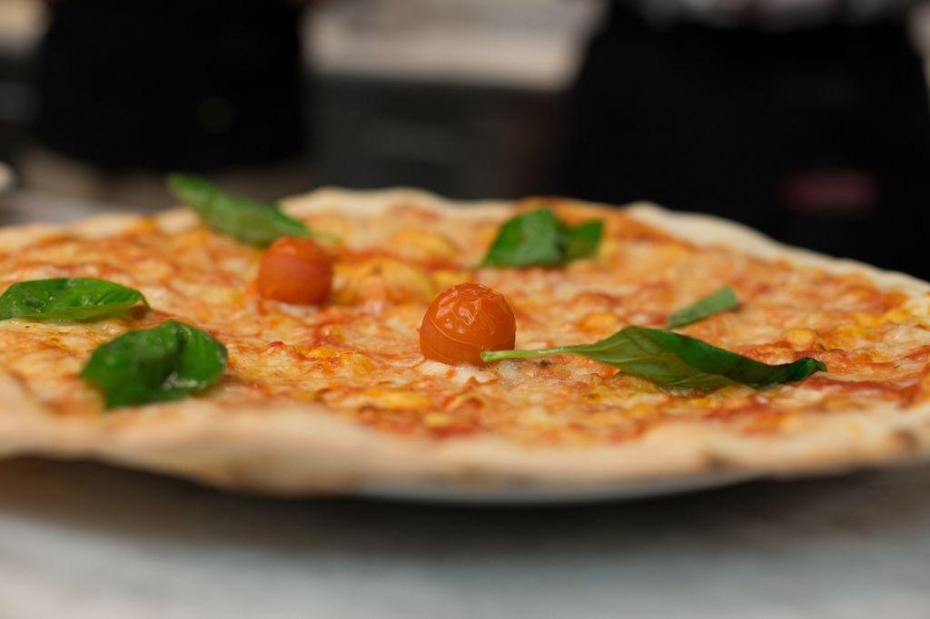 Eine lecker Pizza Margherita frisch aus dem Ofen.