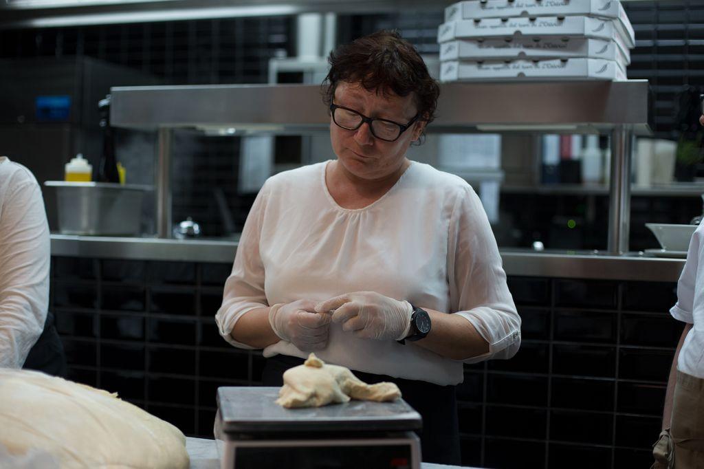 Anja Wittur wiegt eine Teigportion für eine Pizza ab.