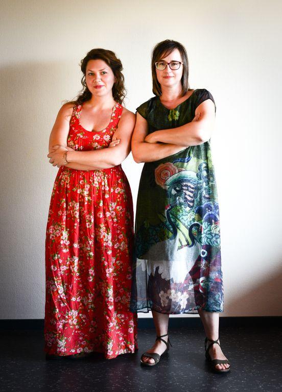 Janett und Monika in energischer Pose mit verschränkten Armen