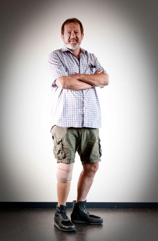 Klaus in Pose: seine Beinprothese ist perfekt ausgeleuchtet