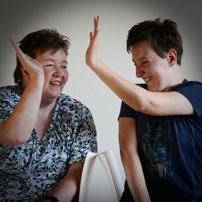 Silvia und Maria machen High Five