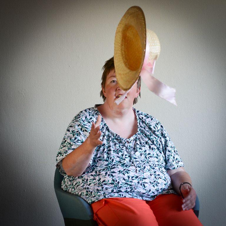 Silvia wirft ihren Hut gekonnt hoch
