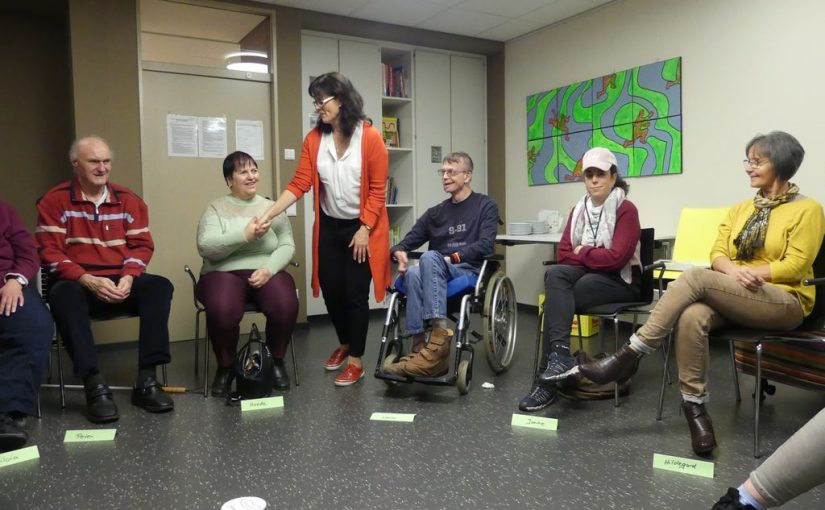Birgit Barth geht zu allen Kollegen im Sitzkreis und zeigt uns, wie unterschiedlich sich ein Händedruck anfühlen kann.