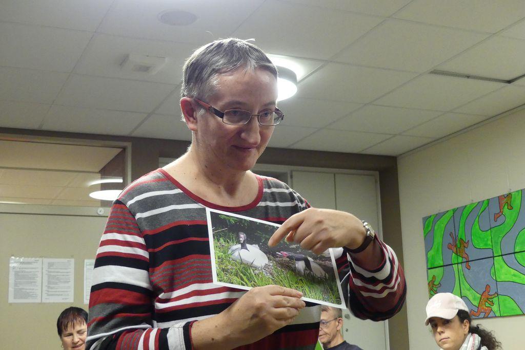 Ute beschreibt ein Foto vor der Gruppe.