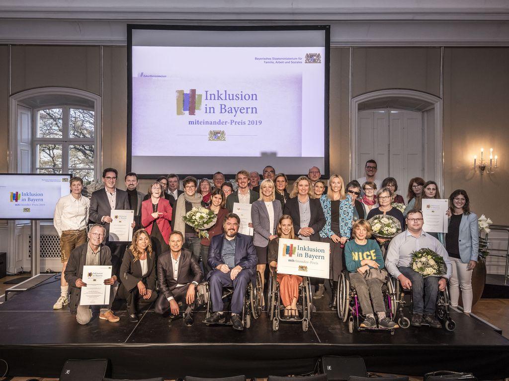 Alle Preisträger mit allesn Laudatoren auf der Bühne beim Miteinander-Preis 2019.