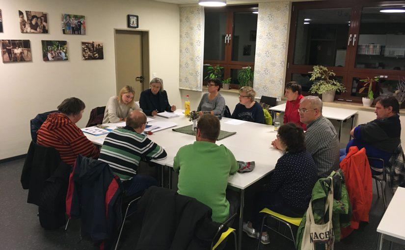 Die Mitglieder der AG Magazin sitzen rund um einen großen Tische in der OBA und arbeiten konzentriert.