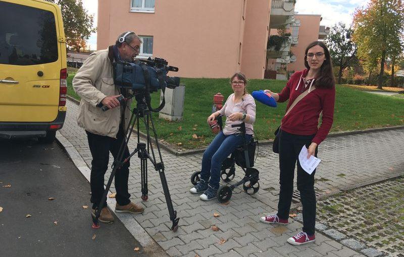 Ein Kameramann von OTV filmt das Wundernetz-Herz in Antonias Hand. Im Hintergrund wartet Franziska auf ihren Einsatz vor der Kamera.