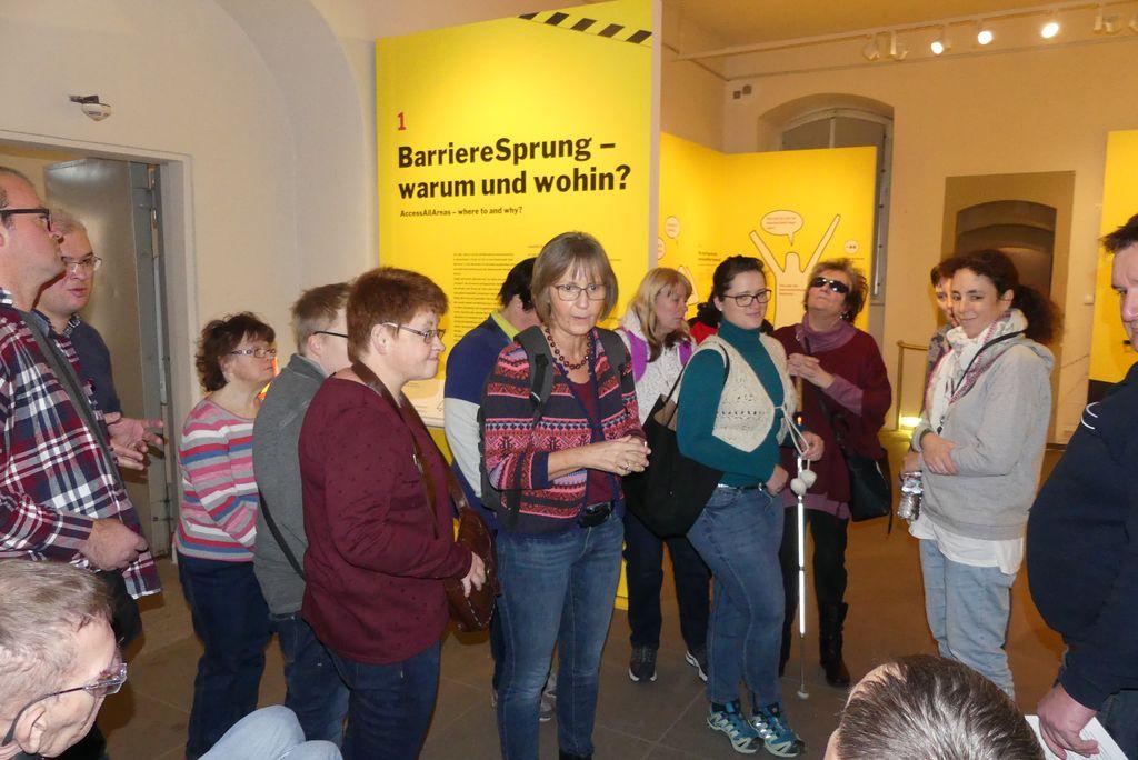 """Ein Teil unserer Gruppe am Eingang der Ausstellung """"BarriereSprung"""". Hildegard steht in der Mitte und organisiert."""