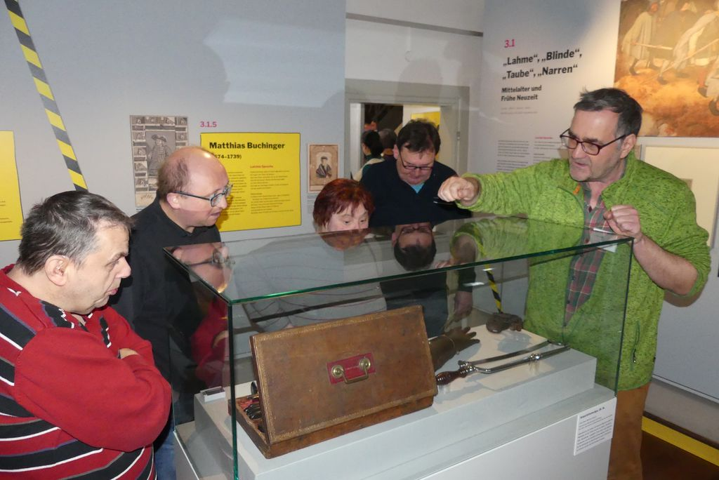 Eine Gruppe besichtigt die historische Abteilung der Ausstellung.