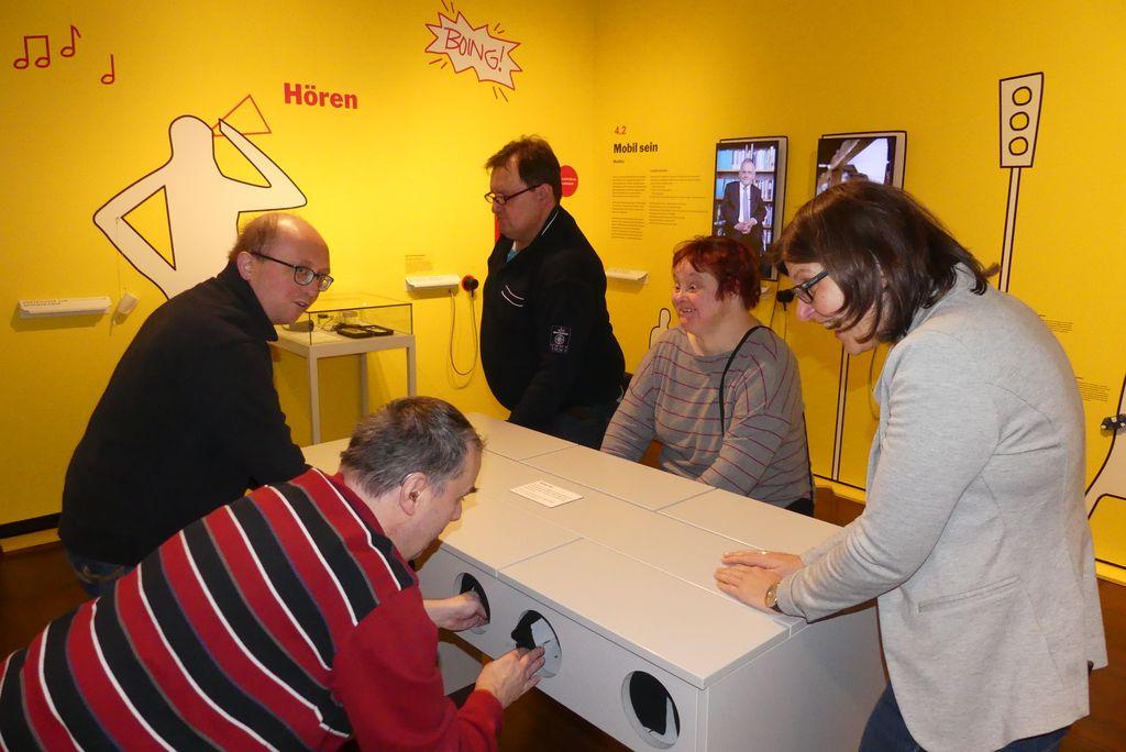 Roland, Mrkus, Robert und Ute ertasten in der Ausstellung Gegenstände, begleitet werden wir von einer netten Museumsmitarbeiterin.