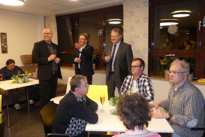 Landrat Richard Reisinger, Bürgermeister Martin Preuß und der 1. Vorsitzende der Lebenshilfe Amberg, Eduard Freisinger, gratulieren ganz herzlich zum Miteinanderpreis.
